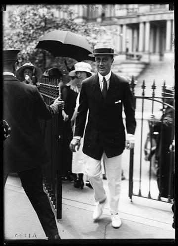 roosevelt walking at white house