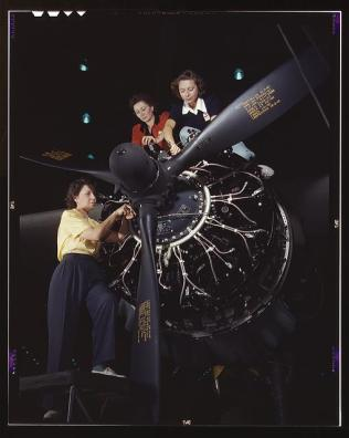 WOMEN aircraft workers 1942 (3)