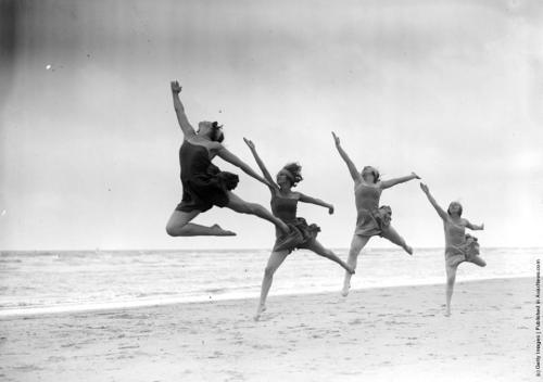 dancers-at-beach
