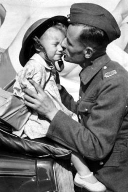 Emotional Vintage Photos of Soldiers and Their Children (3)