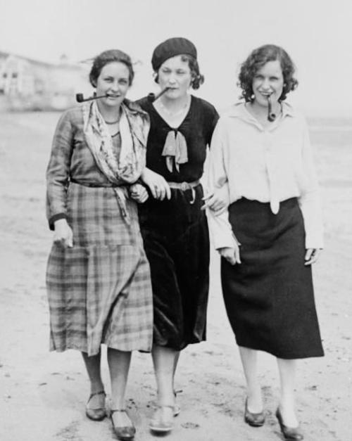 women-smoking-pipe-1930s