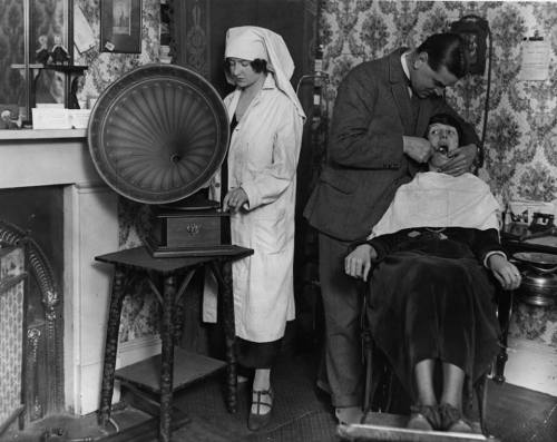dentist gramaphone 1922